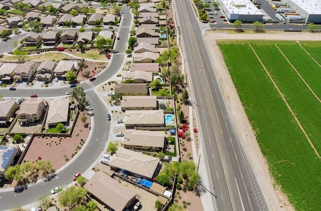 Vue aérienne sur le paysage de la rue résidentielle d'une petite ville d'avondale une hauteur arizona az usa