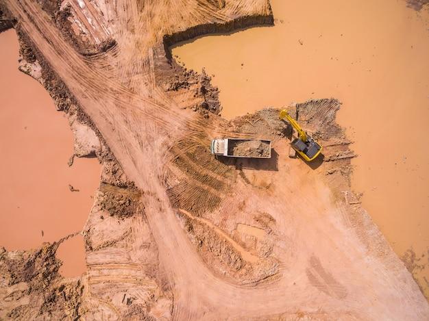 Vue aérienne de la pelle et du camion