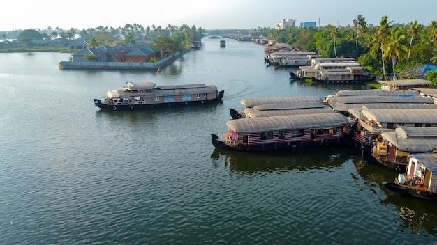 Vue aérienne de la péniche indienne traditionnelle près d'alleppey sur les backwaters du kerala