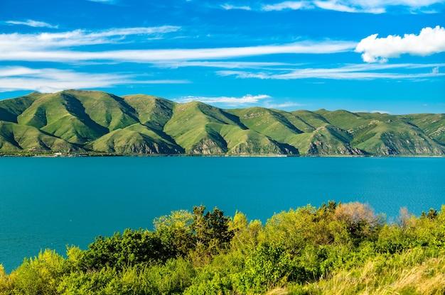 Vue aérienne de la péninsule de sevan dans le lac sevan en arménie