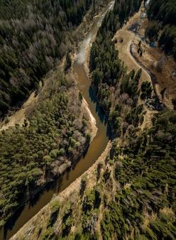 Vue aérienne de personnes sur des planches de stand-up paddle dans la rivière