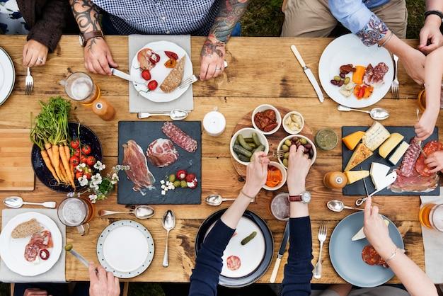 Vue aérienne de personnes en train de dîner dans la cour