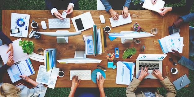 Vue aérienne de personnes travaillant sur ordinateur