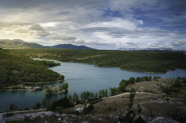 Vue aérienne d'un petit lac calme dans la ville de ruesga, située en espagne