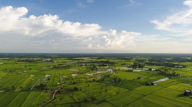 Vue aérienne sur le petit village, bord de route du pays.