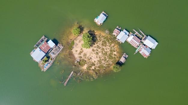 Vue aérienne de la petite île avec des bateaux