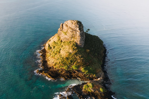 Vue aérienne d'une petite île dans l'océan bleu pendant la journée