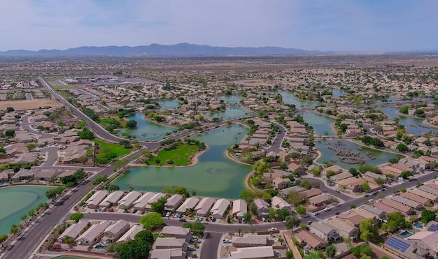 Vue aérienne sur petite petite ville du désert une ville d'avondale de montagnes escarpées près de la capitale de l'état de phoenix arizona