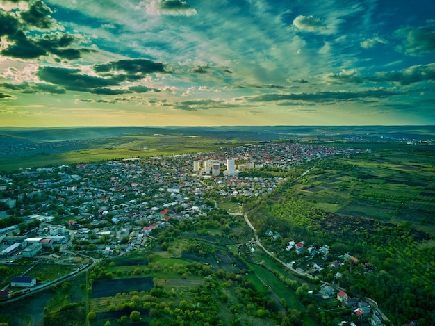Vue aérienne d'une petite ville au coucher du soleil.
