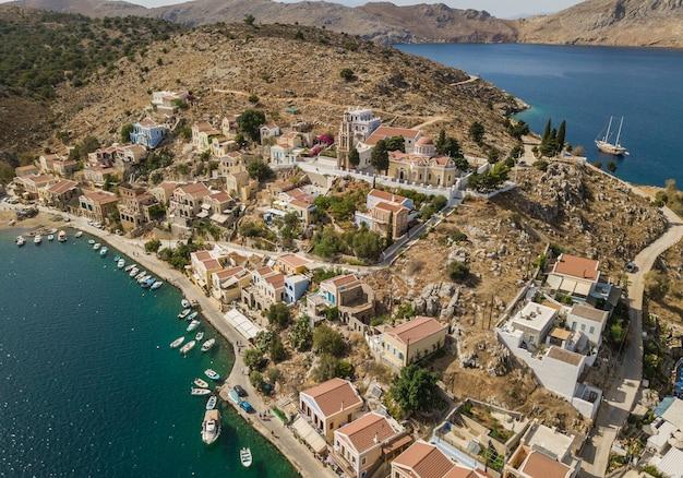 Vue aérienne d'une petite ville aux maisons colorées sur l'île de symi