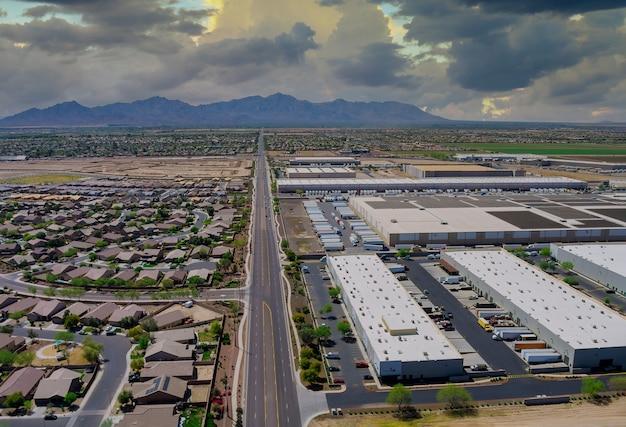 Vue aérienne de la petite ville d'avondale dans un près d'entrepôts parmi le désert de l'arizona usa