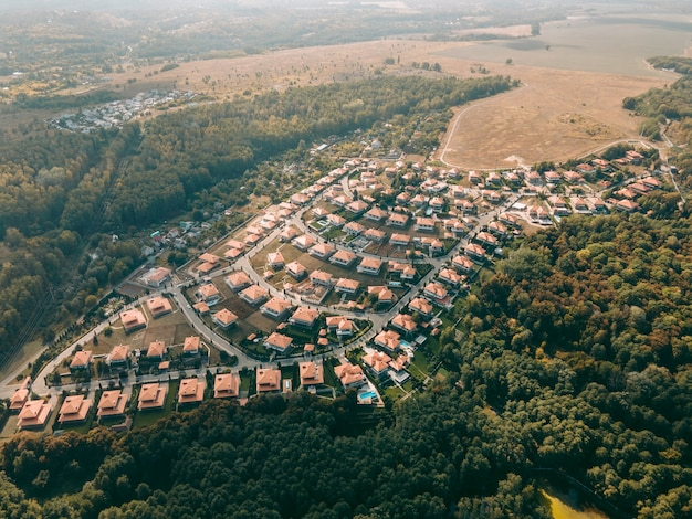Vue aérienne d'une petite ville avec des maisons identiques