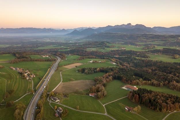 Vue aérienne de petites maisons de ferme dispersées