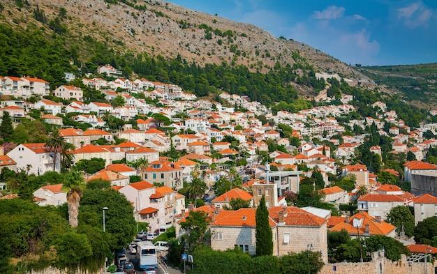 Vue aérienne des petites maisons d'habitation aux toits orange dans le centre de dubrovnik, croatie