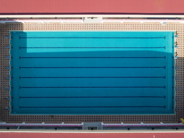 Vue aérienne d'une piscine vide dans l'après-midi.