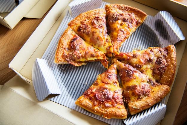 Vue aérienne de la pizza livrée