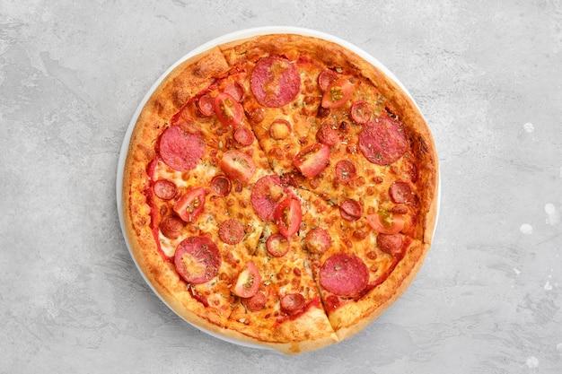 Vue aérienne de pizza pepperoni avec deux types de saucisses