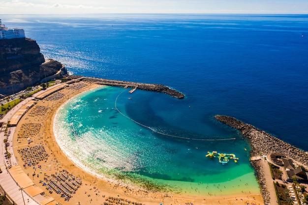 Vue aérienne de la plage d'amadores sur l'île de gran canaria en espagne