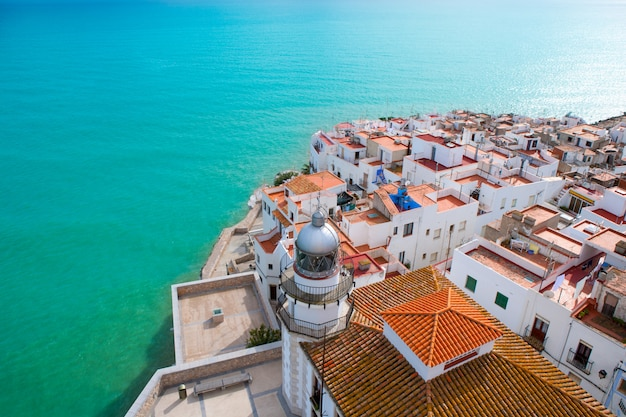 Vue aérienne de la plage et du village de peniscola à castellon, en espagne