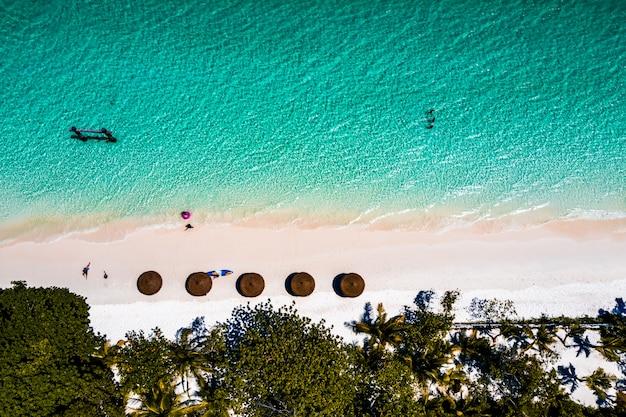 Vue aérienne de la plage de l'île de nyaungoophee, myanmar