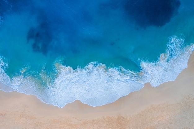 Vue aérienne de la plage de kelingking dans l'île de nusa penida, bali en indonésie