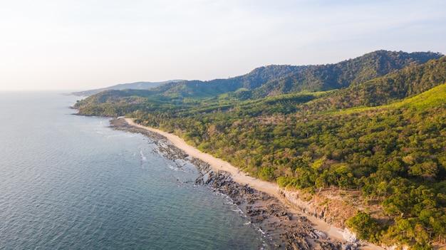 Une vue aérienne de la plage de khlong hin sur l'île de lanta noi, au sud de la thaïlande, la province de krabi,