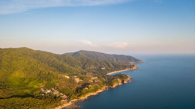 Une vue aérienne de la plage de khlong hin sur l'île de lanta noi, au sud de la thaïlande