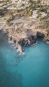 Vue aérienne de la plage de las ballenas avec le pittoresque village de las galletas à tenerife, canaries, espagne.