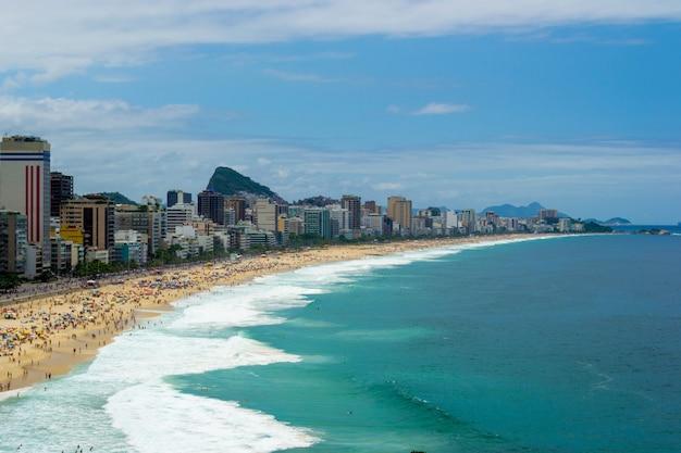 Vue aérienne de la plage de leblon à rio de janeiro l'été plein de monde.