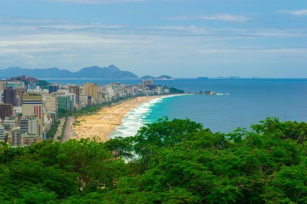 Vue aérienne de la plage de leblon à rio de janeiro en été plein de monde.