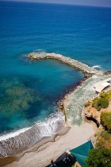 Vue aérienne de la plage et de la mer méditerranée, belle eau de mer claire par une chaude journée ensoleillée. le concept de repos dans un pays chaud