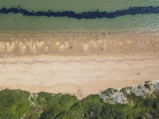 Vue aérienne d'une plage et d'une mer près de bowleaze cove à weymouth, royaume-uni