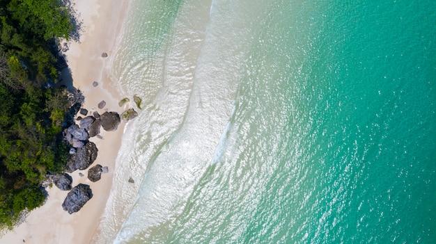 Vue aérienne, de, plage, à, ombre, eau bleu émeraude, et, vague mousse, sur, mer tropicale