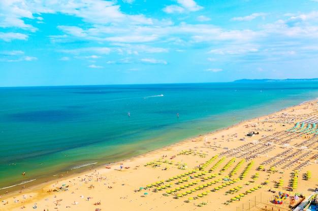 Vue aérienne de la plage de rimini avec des gens, des navires et un ciel bleu,