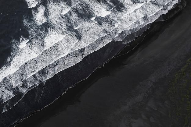 Vue aérienne de la plage de sable noir islandaise
