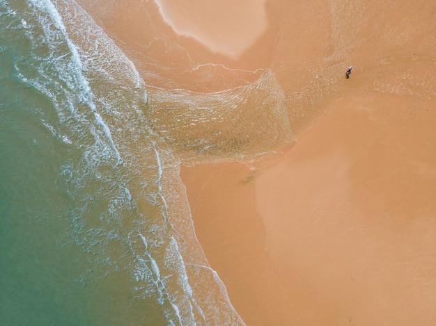 Vue aérienne de la plage de sable et de l'océan avec des vagues