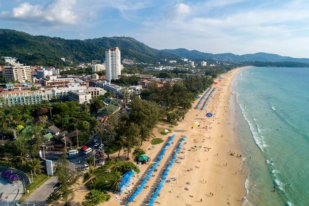 Vue aérienne de la plage de sable de phuket en thaïlande
