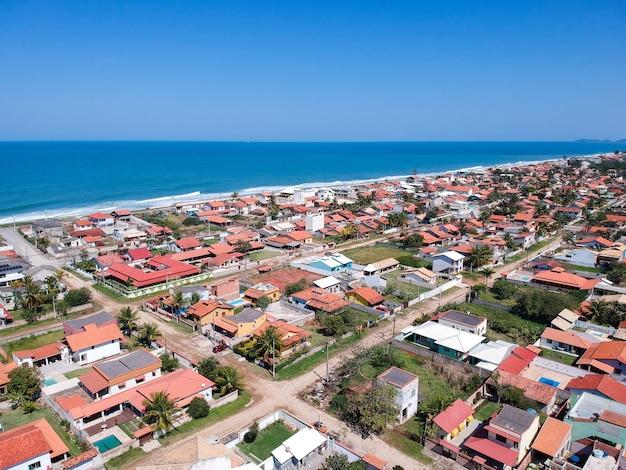 Vue aérienne de la plage de saquarema et itaãƒâºna à rio de janeiro. célèbre pour les vagues et l'église au sommet de la colline. journée ensoleillée. photo de drone.