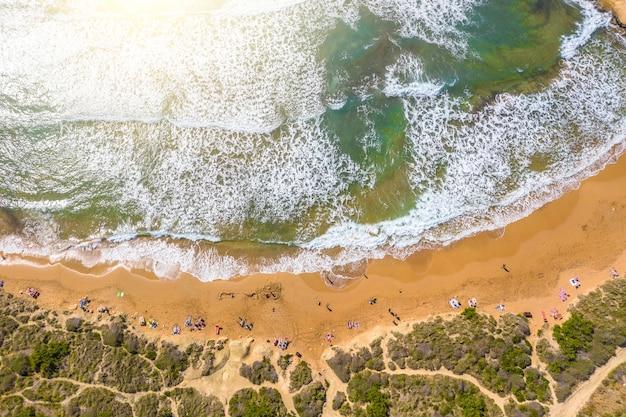 Vue aérienne de la plage sauvage avec bains de soleil