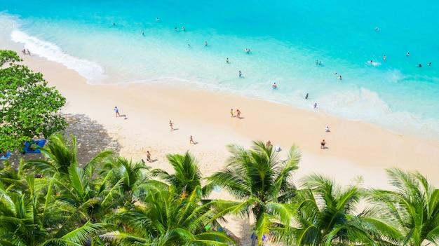 Vue aérienne de la plage de surin à phuket, au sud de la thaïlande, sur la plage de surin
