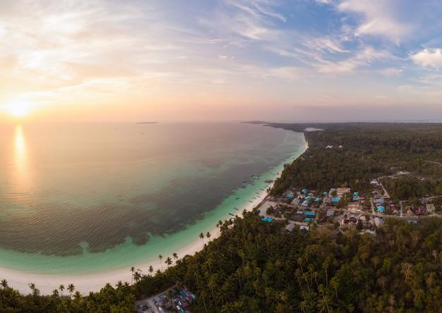 Vue aérienne plage tropicale île récif mer des caraïbes ciel dramatique au lever du soleil. indonésie, archipel des moluques, îles kei, mer de banda. top destination de voyage, plongée en apnée