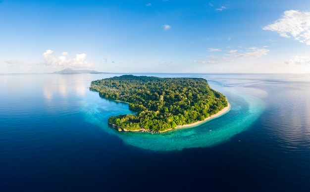 Vue aérienne plage tropicale île récif mer des caraïbes. indonésie, archipel des moluques, îles banda, pulau ay. destination touristique de premier choix, meilleure plongée en apnée.