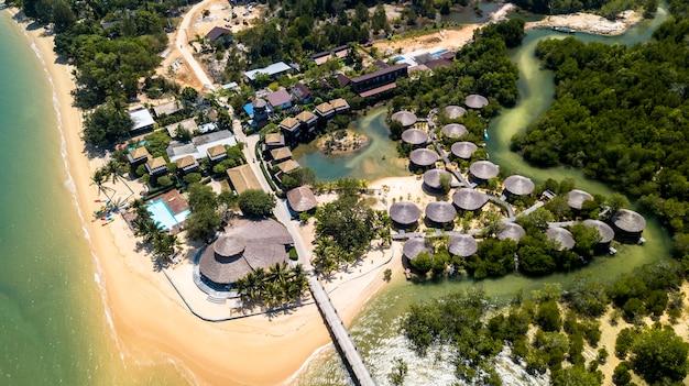 Vue aérienne de la plage tropicale sur l'île