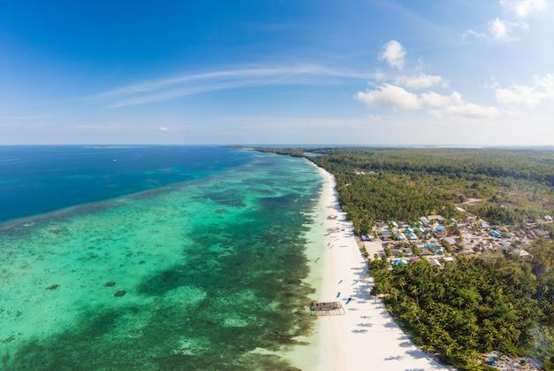 Vue aérienne plage tropicale mer des caraïbes. indonésie, archipel des moluques, îles kei