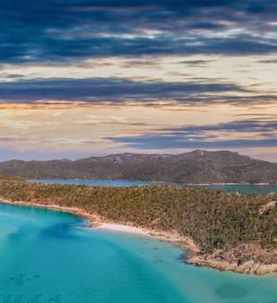 Vue aérienne des plages du queensland, australie. archipel des îles whitsunday par une journée ensoleillée.