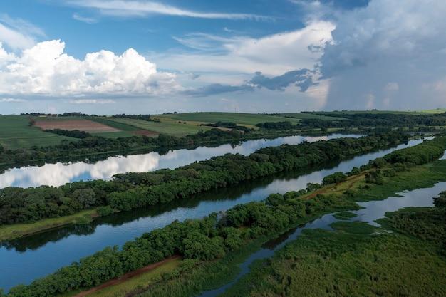 Vue aérienne de plantations près de la voie navigable de la rivière tietê, à bariri, à l'intérieur de são paulo.