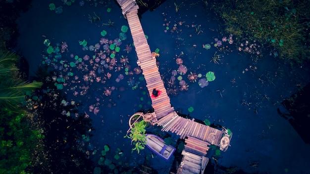 Vue aérienne d'un pont en bois sur la piscine de lotus
