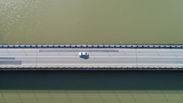 Vue aérienne sur le pont sur la rivière kaparcha en journée ensoleillée, poti, géorgie
