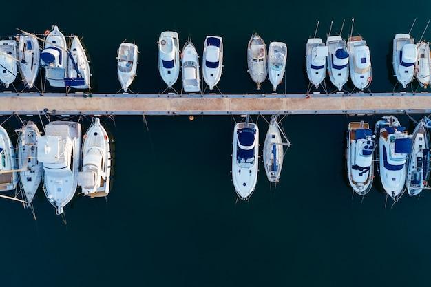Vue aérienne d'un port de mer