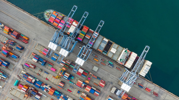 Vue aérienne de porte-conteneurs transportant des conteneurs dans la logistique d'importation et d'exportation de transport d'affaires.